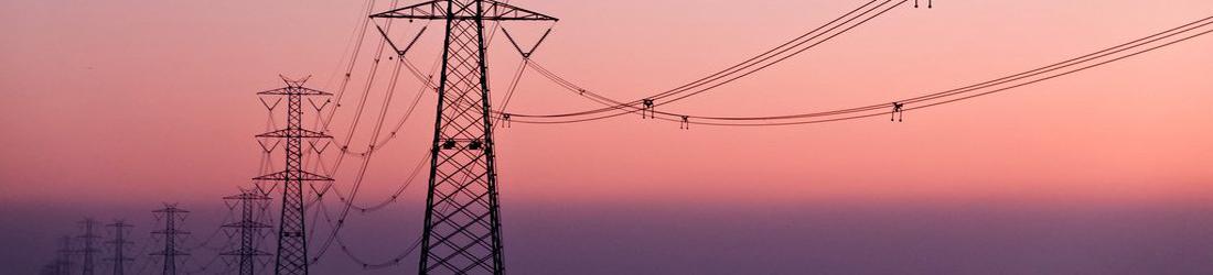 Strommasten in der Landschaft